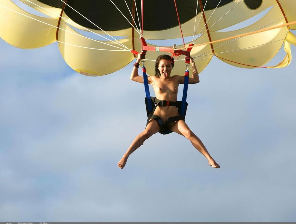 голая девушка летает на дельтаплане фото ню